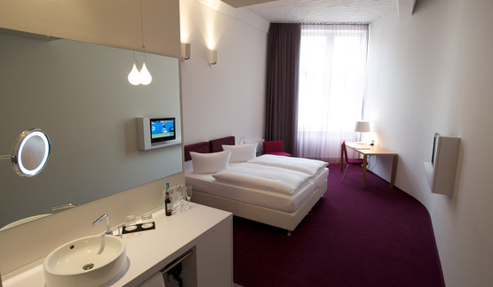 Modern double room with burgundy carpet in Berlin Mitte Hotel | © Wyndham Garden Berlin Mitte