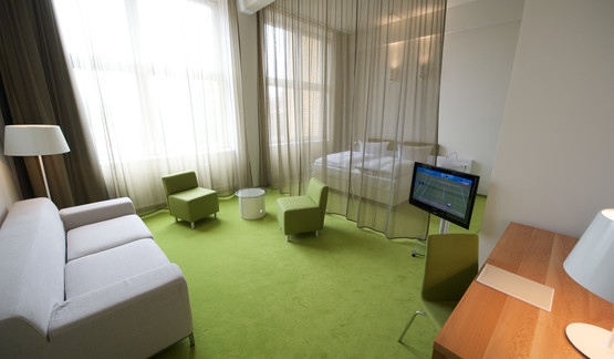 Spacious Junior suite with green interior design in Berlin Mitte Hotel | © Wyndham Garden Berlin Mitte Hotel